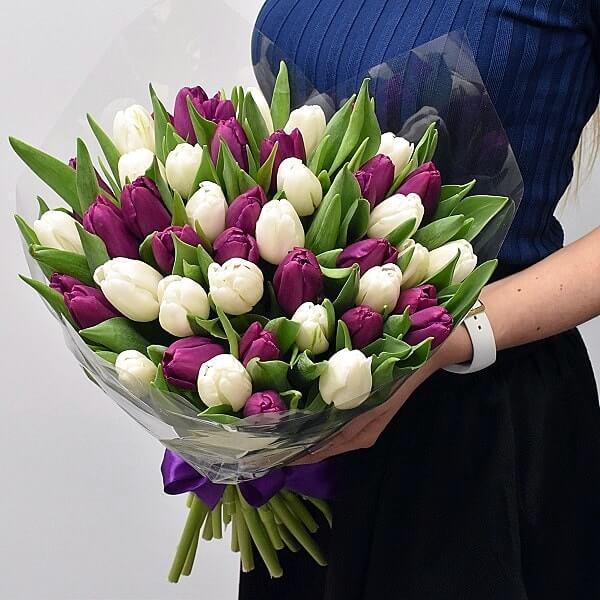букеты с тюльпанами и другими цветами