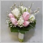 Сочетание тюльпанов с другими цветами в букете